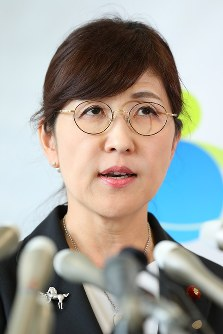 Defense Minister Tomomi Inada holds a press conference in Tokyo's Shinjuku Ward after submitting her resignation letter to Prime Minister Shinzo Abe on the morning of July 28, 2017. (Mainichi)