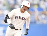 Waseda Jitsugyo High School's slugger Kotaro Kiyomiya runs to home plate after hitting the 107th home run of his high school baseball career in the top of the seventh inning in a game against Hachioji Senior High School at Jingu Stadium on July 28, 2017. (Mainichi)