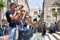 聖地への入場を許されず、旧市街の路地で礼拝するパレスチナ人=2017年7月28日午後、エルサレムで高橋宗男撮影