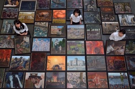 これまでに描いた「原爆の絵」に囲まれる生徒たち。116点の作品は8月12、13日、広島市中区のJMSアステールプラザ1階市民ギャラリーで一堂に展示される=広島市中区で2017年7月21日、山田尚弘撮影