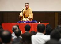 「エンマの願い」を語る桂福車さん。お堅い専門用語もなんのその、「少しは世の中に役立ててる実感がある」=大阪市北区で2016年11月11日、久保玲撮影