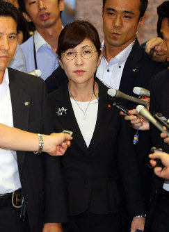Tomomi Inada, center, leaves the Defense Ministry in Tokyo's Shinjuku Ward on July 28, 2017. (Mainichi)