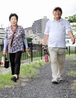 ウオーキングに取り組む林さん夫婦=埼玉県朝霞市内で