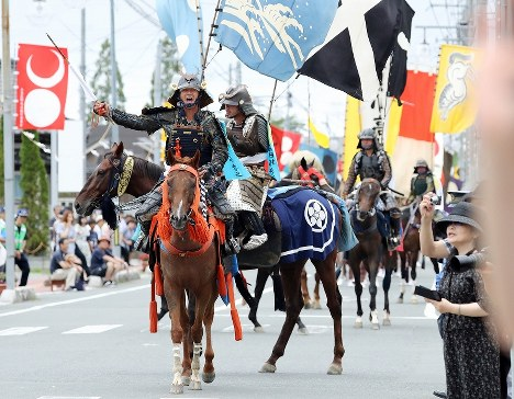 大勢の地元住民らが出迎える中、7年ぶりに披露された「帰り馬」の騎馬行列=福島県南相馬市で2017年7月30日午後4時38分、喜屋武真之介撮影