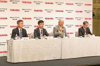 中国家電大手マイディアグループ傘下となった新体制について、記者会見で説明する東芝ライフスタイルの石渡敏郎社長(右から2人目)ら=2016年8月8日、東芝ライフスタイル提供