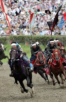 Samurai horsemen compete in the Kacchu Keiba race at Hibarigahara festival field in the city of Minamisoma, Fukushima Prefecture, on July 30, 2017. (Mainichi)