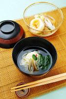 きょうの噺「悋気の独楽」をお題にした料理。魚そうめんと管ゴボウの椀物(手前)、焼き餅と鶏肉のすっぽん煮(奥)=菅知美撮影