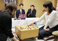 立葵杯で謝依旻女流棋聖(左)を破り、3冠目を獲得した藤沢里菜三段(右)=東京・市ヶ谷の日本棋院で6月23日、最上聡撮影