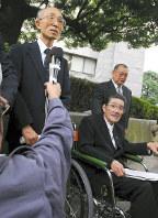参院選の「1票の格差」を巡る2006年10月の最高裁判決後、越山康弁護士(右手前、故人)とともに最高裁前で取材に応じる山口邦明弁護士=東京都千代田区で2006年10月4日、川田雅浩撮影