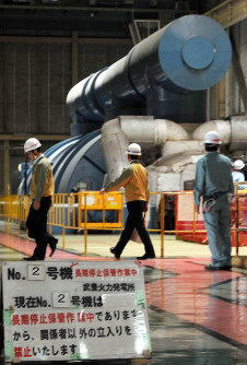The turbine of the No. 2 generator at the coal-fired Taketoyo thermal power station, having been offline for a long time, is pictured in this file photo taken in the Aichi Prefecture town of Taketoyo, on May 25, 2011. (Mainichi)
