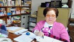 書斎で作品の構想を練る山崎豊子さん=堺市で2012年4月20日、竹内紀臣撮影