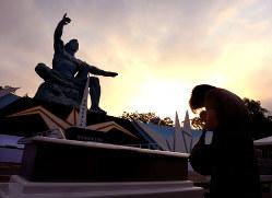 朝日を浴びる平和祈念像=長崎市
