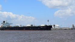 米本土初のLNG液化・輸出基地「サビンパス」とその前を通過するタンカー=2017年7月3日、清水憲司撮影