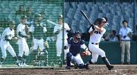 打撃練習をする北海の選手たち=阪神甲子園球場で、山崎一輝撮影
