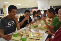 寮の食堂で談笑する選手たち。集団生活で時間の使い方も学んでいる