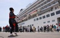 秋田港に入港したクルーズ船「飛鳥2」。秋田音頭などを披露して歓迎した=秋田市で2017年5月9日
