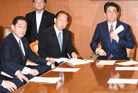 From left, new LDP Policy Research Council Chairman Fumio Kishida, party Secretary-General Toshihiro Nikai and Prime Minister Shinzo Abe hold a meeting at the party headquarters on Aug. 3, 2017. (Mainichi)