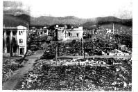 原爆が投下された直後の広島市本通り付近の様子。がれきが広がっている=1945年8月撮影