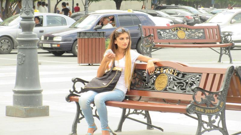 """エレバンの街中で見かけた""""アルメニア美人""""(写真は筆者撮影)"""