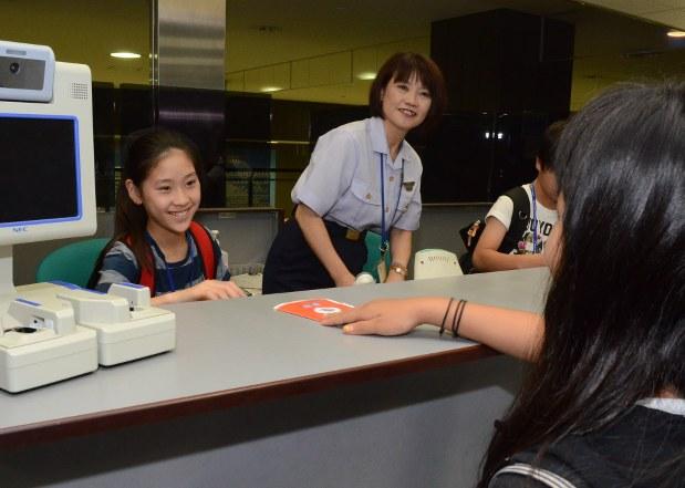 サマースクール:小学生24人が成田空港体験 /千葉 - 毎日新聞