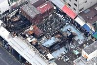 火災発生から一夜明けた築地場外市場=東京都中央区築地で2017年8月4日午前9時55分、本社ヘリから竹内紀臣撮影