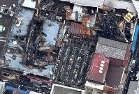 火災発生から一夜明けた築地場外市場=東京都中央区築地で2017年8月4日午前9時44分、本社ヘリから竹内紀臣撮影