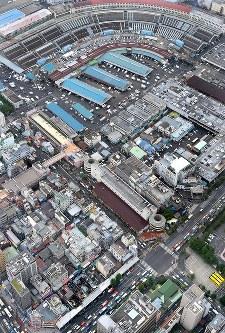 火災発生から一夜明けた築地場外市場(左手前)。奥は築地市場=東京都中央区築地で2017年8月4日午前10時1分、本社ヘリから竹内紀臣撮影