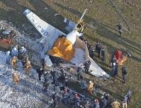 八尾空港に墜落した小型機=本社ヘリから三村政司撮影