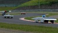 コースを確かめながらフリー走行するソーラーカー=鈴鹿市の鈴鹿サーキットで