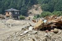 豪雨による死者も出した集落。ようやく重機が入るようになったものの、被害が大きく人影がほとんど見えない=福岡県朝倉市杷木志波で2017年8月1日、森園道子撮影