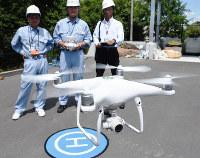 職員の操縦で試験飛行するドローン=兵庫県三田市役所で、粟飯原浩撮影