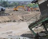 台風5号が近づくなか赤谷川で続けられる土のうや土を盛る作業=福岡県朝倉市杷木星丸で2017年8月5日午後4時14分、和田大典撮影