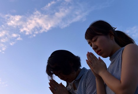 原爆慰霊碑前で手を合わせる人たち広島市中区で2017年8月6日午前5時50分、山田尚弘撮影