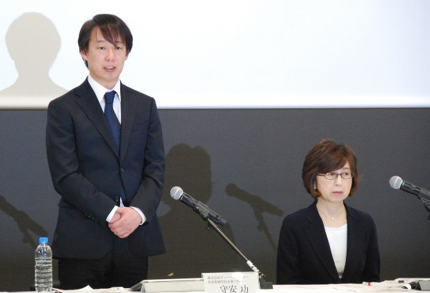 盗用問題で記者会見する守安功DeNA社長(左)と南場智子会長(肩書きは当時)=2016年12月7日、田中学撮影