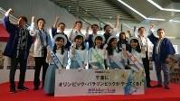 「千葉県頑張るぞ」と声を張り上げ、記念イベントを祝う関係者ら=千葉市美浜区のイオンモール幕張新都心で