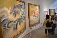 骨太で雄大な作品が並ぶ企画展「小山敬三の浅間山」の会場=小諸市立小山敬三美術館で