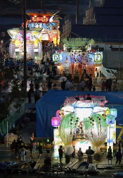 かさ上げされた新しい街並みを照らしながら練り歩く山車=岩手県陸前高田市で2017年8月7日午後6時47分、喜屋武真之介撮影