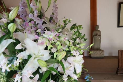 観音堂に据えられた供花は、丸木美術館の建つ東松山市内の生花店の女性が届けた。「私の父も広島での被爆者。そのご縁で開館当初から、開館記念日や広島原爆の日にお花を届けています」=原爆の図丸木美術館で2017年8月6日、岡本同世撮影