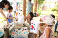 灯籠に思い思いの絵を描く子どもたち=原爆の図丸木美術館で2017年8月6日、岡本同世撮影