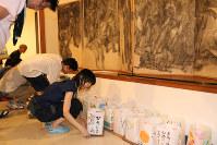 「原爆の図 第1部『幽霊』」に灯籠をささげる参加者=原爆の図丸木美術館で2017年8月6日、岡本同世撮影