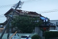 People repair a roof that was blown away by strong winds in Toyohashi, Aichi Prefecture, on Aug. 7, 2017. (Mainichi)