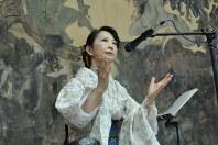 国内外で朗読パフォーマンスを通じた表現活動を行っている歌人の北久保まりこさん。「平和を求める祈り」と日本語、英語で短歌を朗読した=原爆の図丸木美術館提供