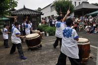 城西川越中学・高校の和太鼓「欅」メンバーによる演奏が自然の中に響いた=原爆の図丸木美術館提供
