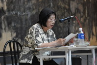 15歳のときに広島で被爆した詩人、堀場清子さん。自らの体験と占領下での原爆表現の検閲、写真と絵画の表現の比較などについて1時間を超えて語った=原爆の図丸木美術館提供