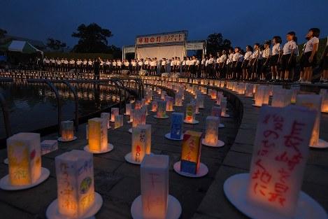 平和への願いが記されたキャンドル。会場には子どもたちの歌声が響いた=長崎市の平和公園で2017年8月8日午後7時20分、森園道子撮影
