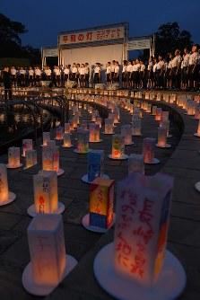 平和への願いが記されたキャンドル。会場には子どもたちの歌声が響いた=長崎市の平和公園で2017年8月8日午後7時21分、森園道子撮影