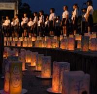 平和への願いが記されたキャンドル。会場には子どもたちの歌声が響いた=長崎市の平和公園で2017年8月8日午後7時23分、森園道子撮影