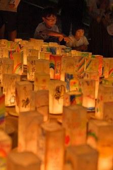 平和への願いが記されたキャンドルに見入る子どもたち=長崎市の平和公園で2017年8月8日午後8時3分、森園道子撮影