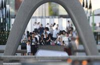 原爆慰霊碑に手を合わせる人たち