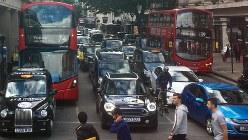 ロンドン中心部の大通り。ディーゼル車から排出され、呼吸器疾患の原因とされる二酸化窒素(NO2)の濃度は欧州最高レベルに達する=2017年8月5日、三沢耕平撮影